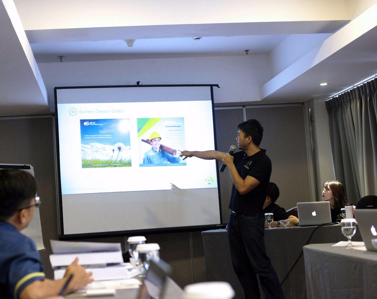 Divisi Kreatif yang dipimpin oleh Agung Wijayanto menjelaskan proses kerja, ide kreatif berupa grafis, foto, dan video, serta respon masyarakat terhadapnya.